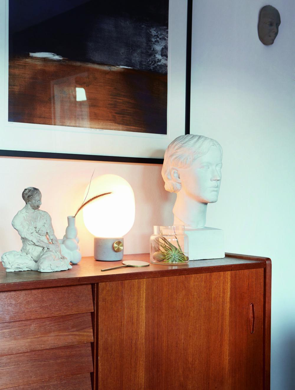 KUNSTNERISK STILLEBEN: Det hvite hodet er fransk og fra 1932, Rydeng Kunsthandel. Skulpturen i leire er laget av kunstneren Olaf Leon Roald. Bildet på veggen er signert Ørnulf Opdal.