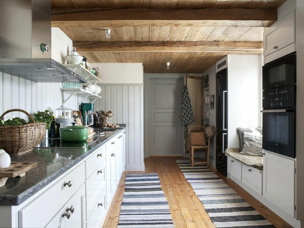 GAMMELDAGS KJØKKEN: Kjøkkenet er innredet slik at det fremstår som luftig, noe som er en forutsetning siden det er et gjennomgangsrom. Filleryene har tilhørt gården i mange år.