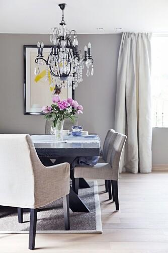 SPISESTUEN: Lysekronen over spisestuebordet er fra Heffermehl, bordet og stolene fra Slettvoll, gardinene i foret silke er fra Nobel 21 Interiør. Veggene i leiligheten er dekorert med mye flott kunst, som dette bildet av den katalanske kunstneren Antoni Tapies.