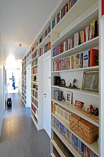 I GANGEN: I leiligheter er det mer vanlig å plassere bøker også i gangen.