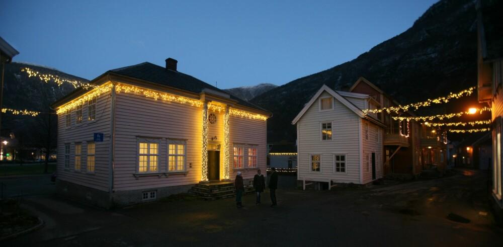 JULEMARKED I NORGE: En skal både kunne handle seg julegaver og julemat på julemarkedet i Lærdal, samt få kjøpt seg varm mat og drikke.