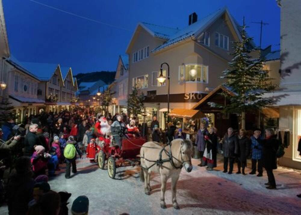 JULEMARKEDER I NORGE: Med små trehus og en koselig atmosfære, er det ikke uten grunn Egersund kaller seg julebyen.