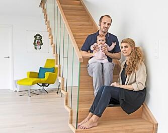 FORNØYDE: – Trappen er et møbel i seg selv, sier Linn. Her sammen med mannen Frode og datteren Selma, her fire måneder.