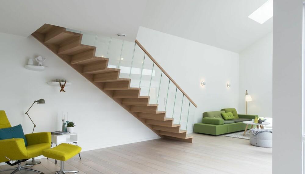 TRAPP: - Svevetrappen er en skulptur i rommet, en trapp kan være langt mer enn en praktisk stigeanretning mellom to etasjer. Mange velger fancy tilvalg når de for eksempel kjøper bil, men når det gjelder hus velger de ofte standardløsninger og er mer sparsommelige med spennende tilvalg, sier Linn.