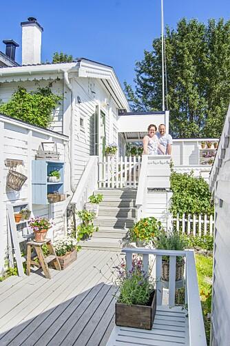 HUS VED SJØEN: Hulda og Arnt Håvard lever lykkelig i huset som kalles Ingeborgstua, etter hun som har bodd i huset lengst. Her hos det blide paret råder sommerhusfølelsen året rundt.