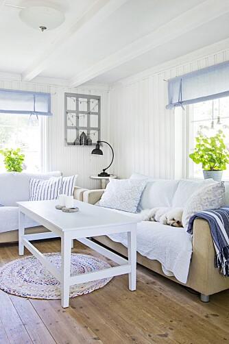 BLÅTONER: Hulda liker å forandre rommene ved å bytte tekstiler. Tepper, puter og gardiner skaper stemning som passer til årstidene. Om sommeren er det lyse blåtoner som gjelder.