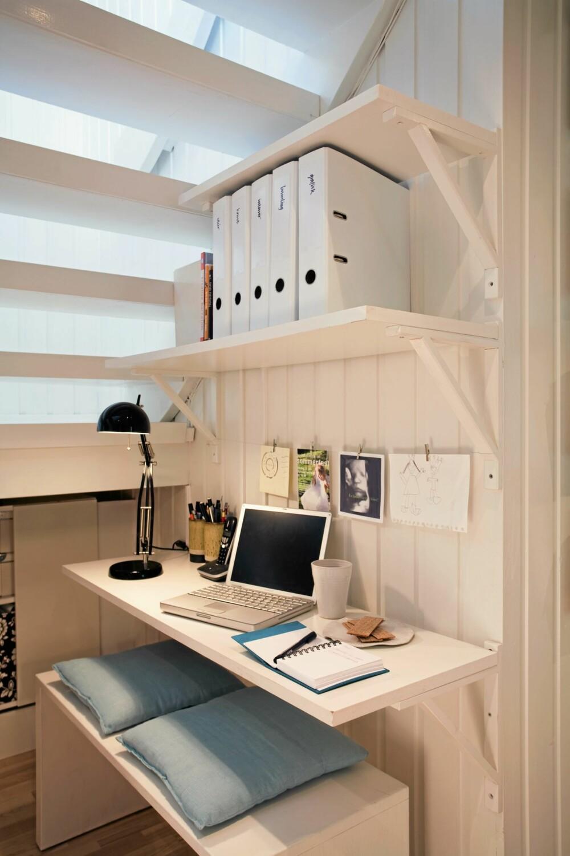 UTNYTTET ROMMET UNDER TRAPPA: Et fullverdig hjemmekontor er etablert i det vesle volumet under trappa.