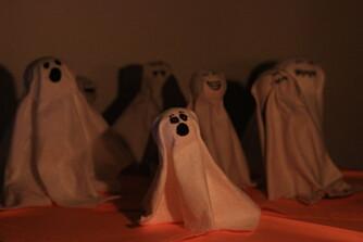 SPØKELSER: Spøkelsene står oppreist av seg selv.