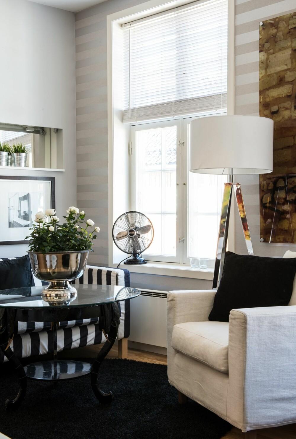 BILLIGKROKEN: Sofabordet er satt sammen av et understell fra 20-tallet og en rund glassplate Bernt hadde fra før. Lenestolen er fra Tinnies hus i Sandefjord mens gulvlampen er fra en lampebutikk som i dag er nedlagt.