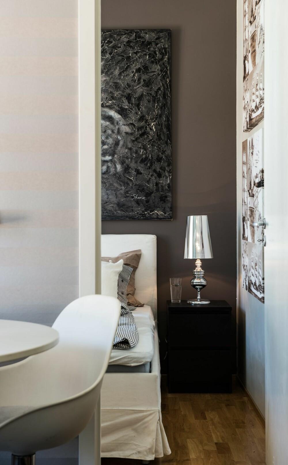 MASTER BEDROOM: Soverommene ligger i hver sin ende av leiligheten. Den brunbeige fondveggen på hovedsoverommet gir rommet en egen karakter, uten å bryte med helheten.