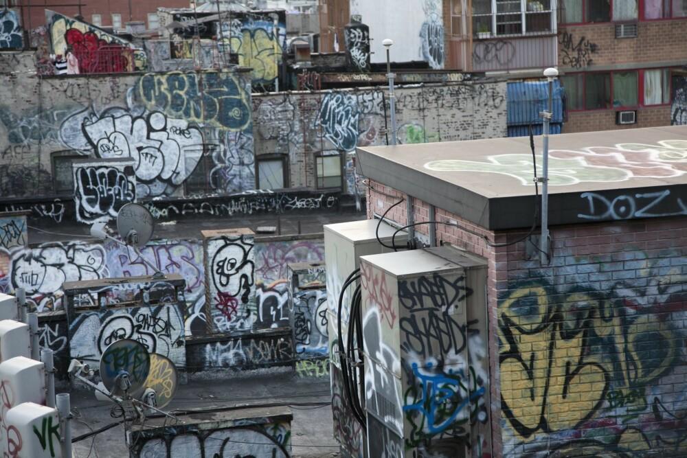«BROKEN WINDOWS THEORY»: Teorien som på norsk kalles «de knuste vinduers teori» hevder at tegn på uorden får folk til å rote og forsøple enda mer.