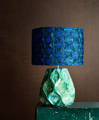 BLÅ LAMPE: Blått i alle nyanser er en viktig basisfarge denne høsten. Denne lampen er fra Olsson & Jensen.