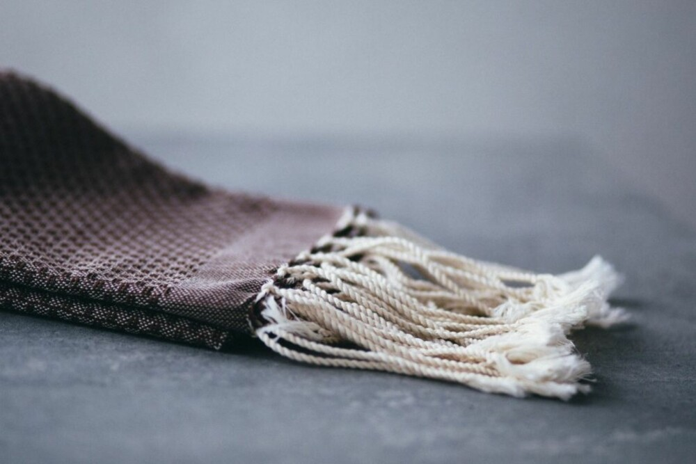 HAMAMHÅNDKLE: En sikker vinner på badet denne høsten. Dette brune hamamhåndkleet er fra Cosa.