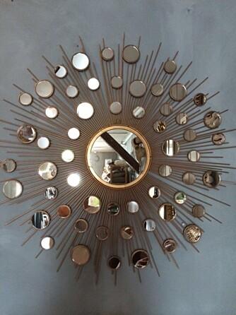 LILLE SPEIL PÅ VEGGEN DER: Gullspeilene fra Anouska er en sikker vinner denne høsten, mener interiørstylist Tone Kroken.