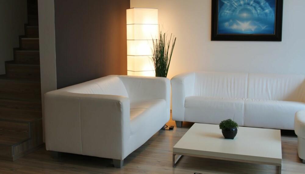 DUNKEL STUE: Har du få lyskilder i stua blir resultatet gjerne et dystert og lite innbydende rom.