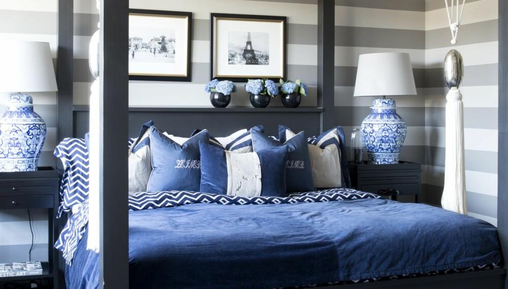SOVEROMMET: Angela har tegnet sengen selv og fått en møbelsnekker til å bygge den. Hun hadde en liknende seng i leiligheten i Dubai, og ble veldig glad i himmelsengkonseptet. Både putene og sengeteppet er egendesignet. Det mønstrete sengesettet er fra Ralph Lauren, mens lampe og sidebord er fra Governato Design.