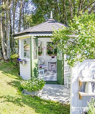 LYSTHUS: Hulda har innredet lysthuset med gamle møbler i sommerlette pasteller. Tre gamle speil pynter opp på veggen.