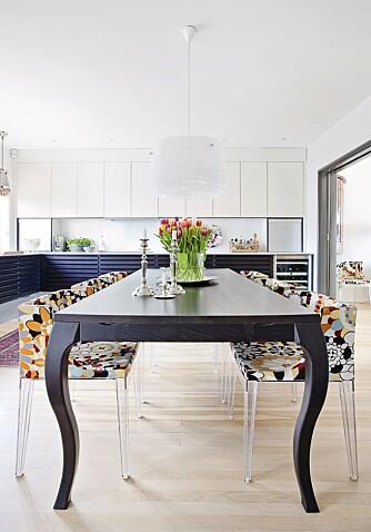 STOR SPISEPLASS: Kielland ønsket seg et spisebord med plass til mange, og valget falt på modellen Victoria fra Ygg&Lyng. Stolene med sine rette linjer passer godt inn sammen med både spisebordet og kjøkkenet. De er fra Kartell med stoff fra Missoni.