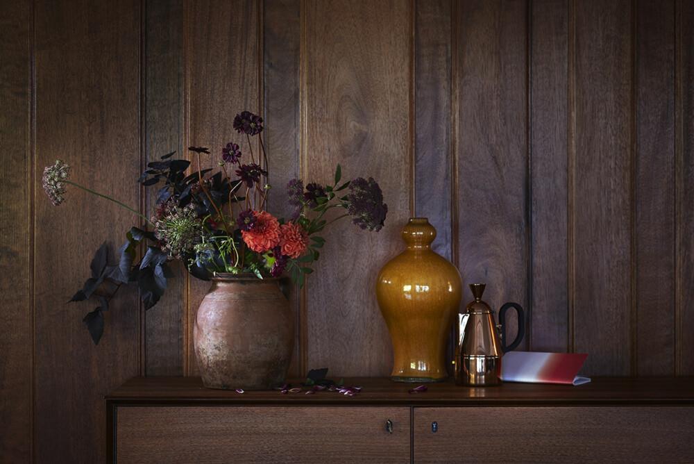 LUNT OG KOSELIG: Treverket er tilbake! Og, husk at en enkel måte og få inn trendy elementer på er å gå til innkjøp av smådekor, som vaser og lysestaker.