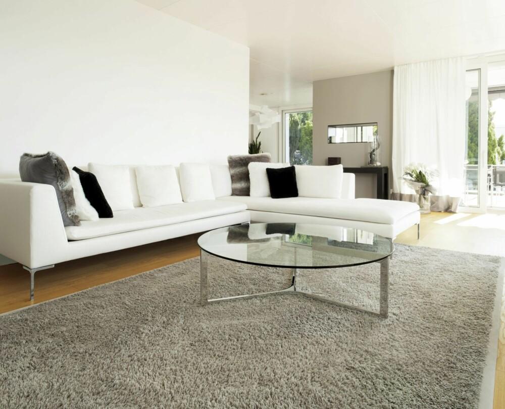 STUETRØBBEL: Det kan være vanskelig å vite hvor stort bord man faktisk vil ha til sofaområdet, og det kommer mest an på bruk av sofa og bord. - Det er en fordel om hovedsofaen har et bord med plass for kaffeslabberas om man ønsker det, sier sivilarkitekt John Birger Grytdal hos Norgeshus.