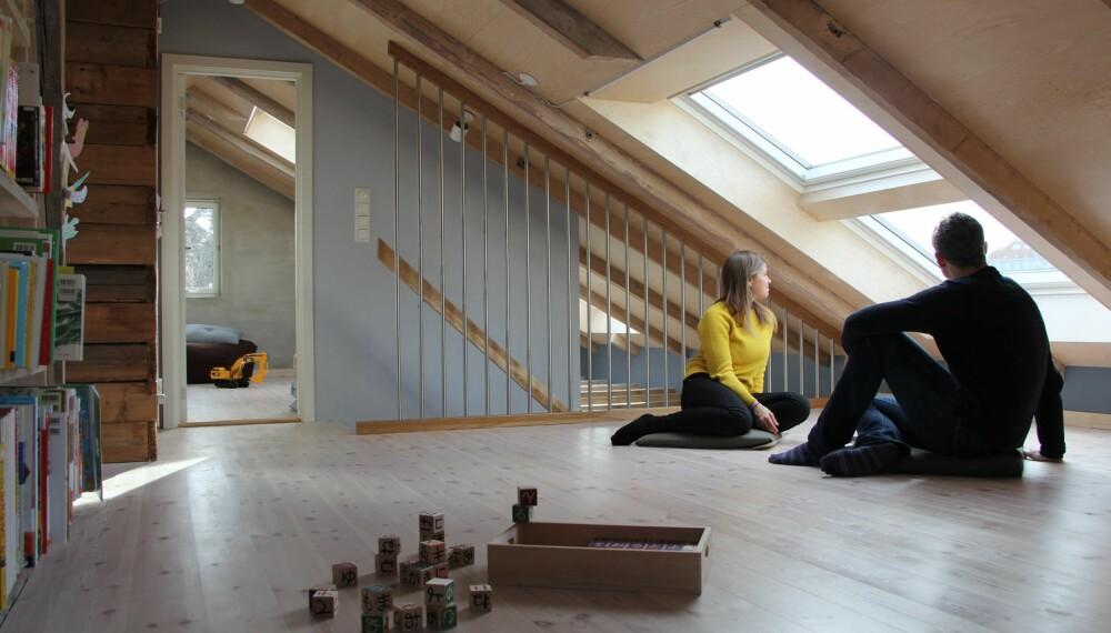 NATURLIG Å SITTE: Her sitter arkitektene Hildegunn Slotnæs og Tor Olav Austigard i den nye loftstuen de har tegnet. Beboerne ønsket i utgangspunktet en ny etasje med ståhøyde, men gikk til slutt for arkitektenes løsning. FOTO: Austigard Arkitektur AS