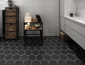 DELIKAT: Tidsriktig baderom med sorte hexagonfliser fra Konradssons.