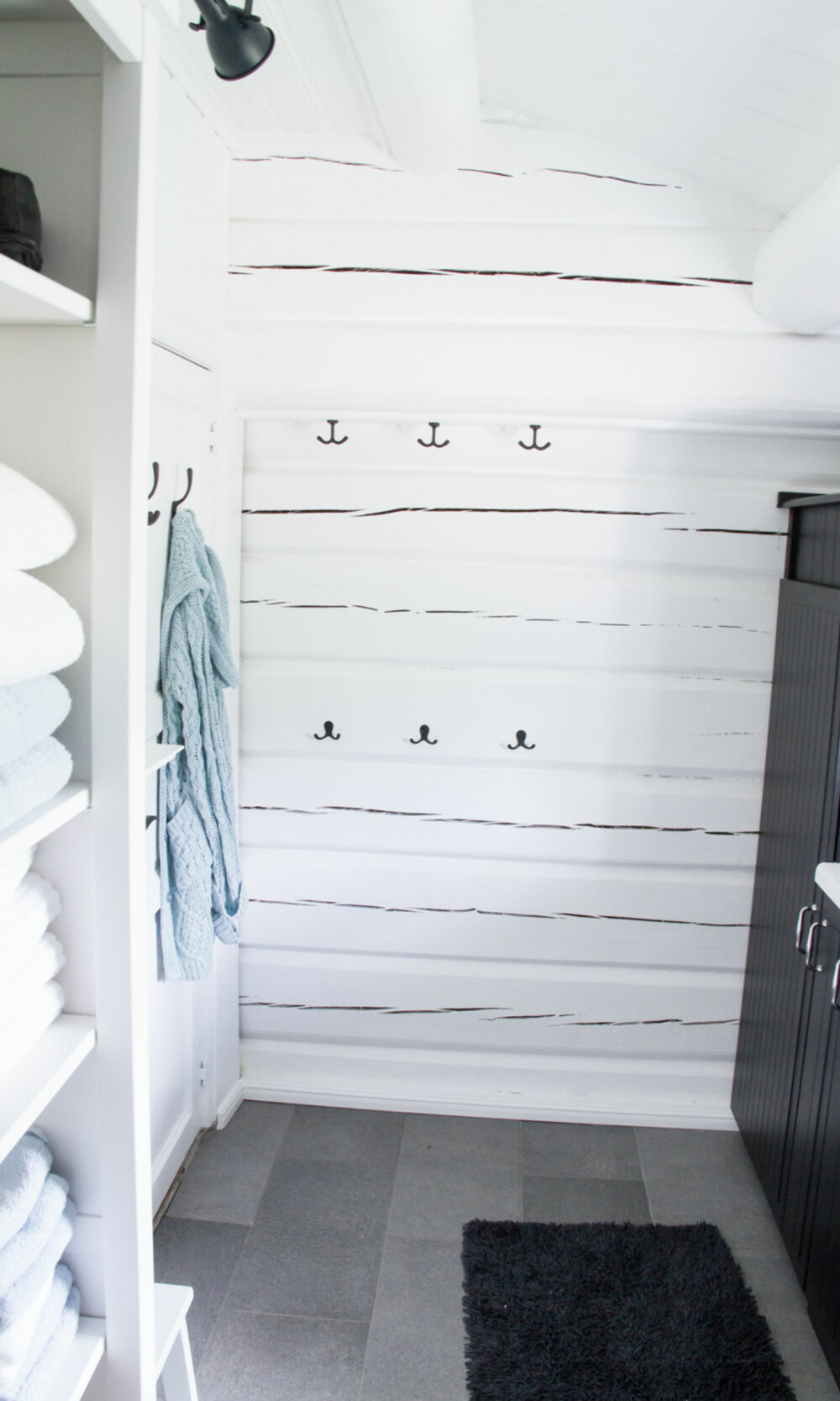 RIMELIG OPPBEVARING: På badet ble det innredet med hvite skap fra Hemnes-serien til Ikea.