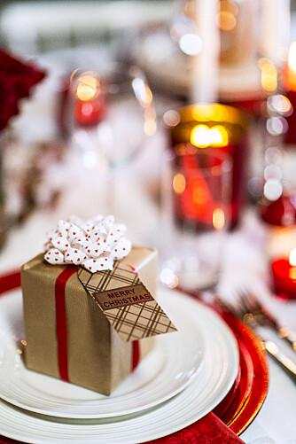 PAKKE: Plasserer du en liten pakke på hver tallerken vil julebordet ditt skille seg ut.