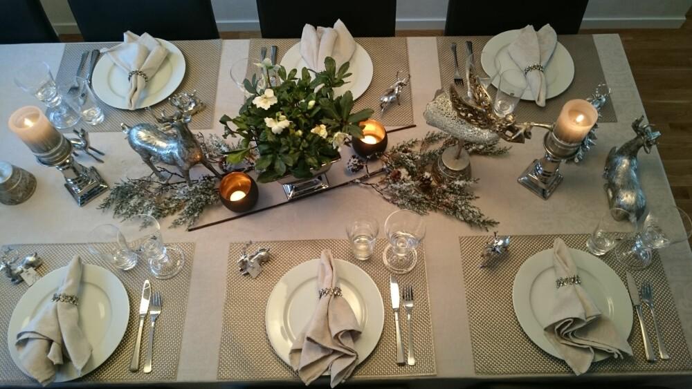 SØLV: Blogger Merete Pedersen valgte pynt i sølv og duk i beige da hun dekket dette julebordet.