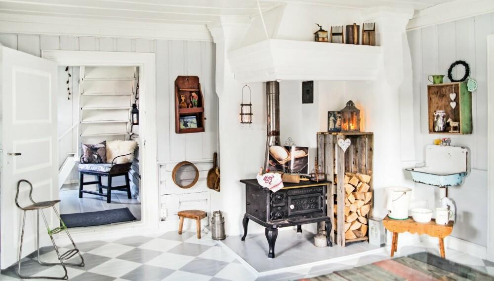 RENOVERT: Alt harmonerer fint sammen i det gråhvite kjøkkenet der den gamle vedkomfyren er prikken over i-en.