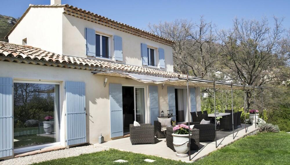 Godt uterom: Huset er bygd i 2008, men ser ut som det klassisk franske drømme-huset. Laila og mannen fikk satt på flere skodder og malt dem i en delikat blåfarge. Huset har utgang til den frodige hagen fra de fleste rommene i første etasje.