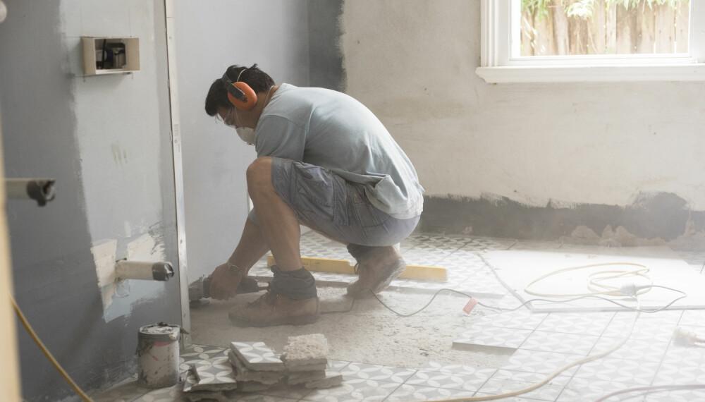 PUSSE OPP BAD BILLIG: Dårlig utført arbeid og bruk av dårlige materialer på badet kan gjøre oppussingsprosessen langt mer kostbar enn først antatt. Foto: gettyimages.com