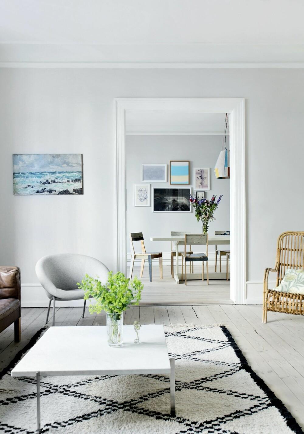 KLASSISK: Du kan se fra rom til rom i leiligheten, som er malt i farger som harmonerer godt med hverandre. Lenestolen er fra Walter Knoll. Poul Kjærholms marmorbord er plassert på et marokkansk Beni Ourain-teppe. Den enkle kurvstolen er arvet.
