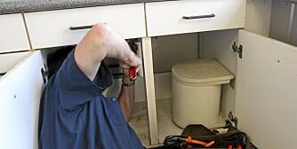 VÅTROM: Se under kjøkkenbenken og sjekk tegn på fukt rundt avtrekk eller i taket over dusjen. Husk at røde merker er et tegn på tidlig soppangrep.
