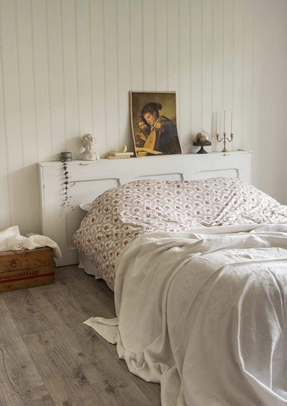 LYST OG LUFTIG: Romantisk sengetøy er prikken over i-en i det lyse og luftige soverommet. Sengegavlen er laget av en gammel dør.