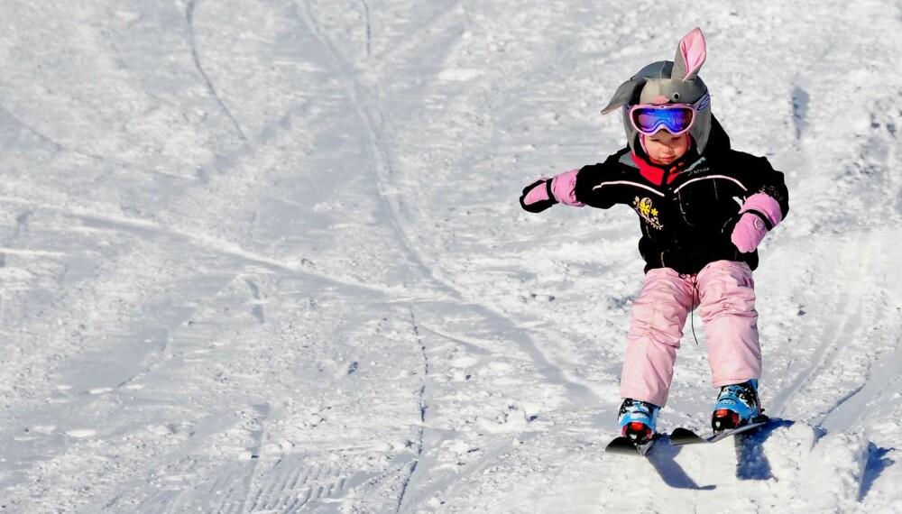 PÅSKEHARE I BAKKEN: Unna vei, her kommer jeg! En liten skientusiast på Kvitfjell.