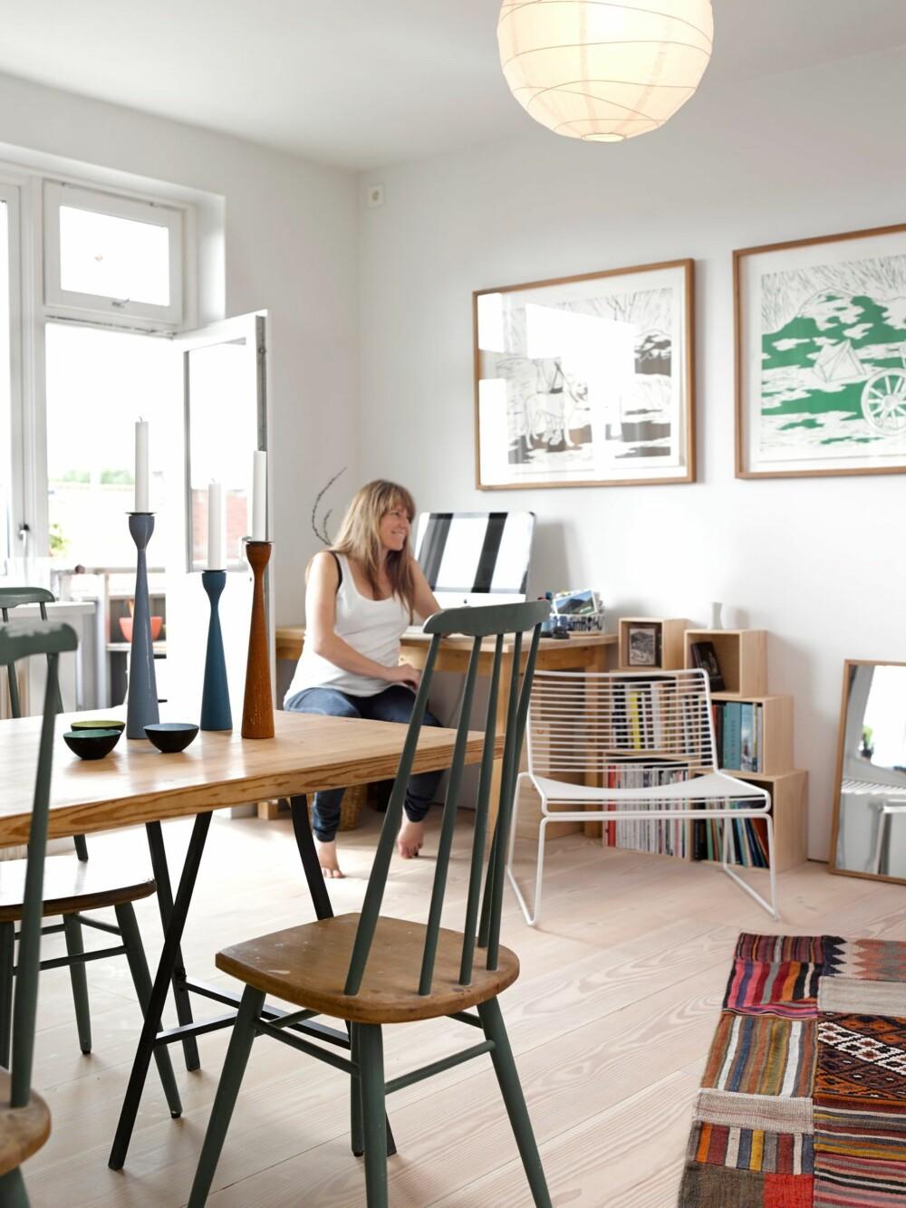 TENK LYS: Leiligheten ligger i femte etasje, og har masse dagslys. Det forsterker den gode romfølelsen i stuen. Bildene av Anne Grefstad ser du helt fra entreen.