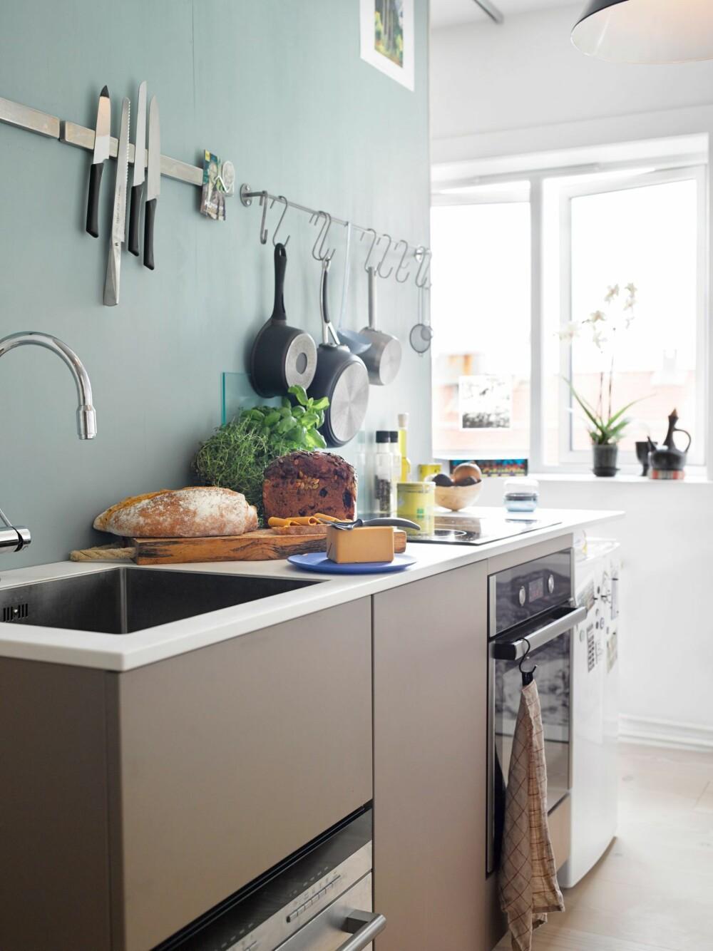 ENKELT: På kjøkkenet får familien enkelt tak i alt de trenger å få fatt på.