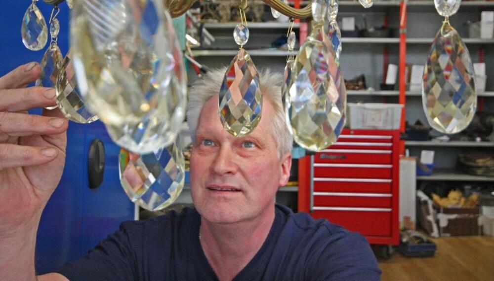 LANG TRADISJON: Terje Marthinsen er tredje generasjon som restaurerer lysekroner.