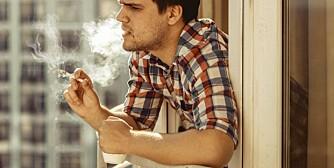 RØYKING PÅ BALKONGEN: Røyking på balkongen er et problem som stadig meldes inn til Helsedirektoratet, og flere borettslag har regulert dette i vedtektene sine.