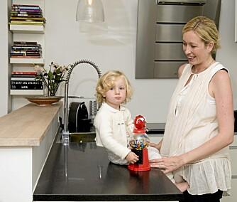 SENTRALT OG PRAKTISK: Både mor og datter har stortrivdes fra første dag i leiligheten sentralt i Oslo.