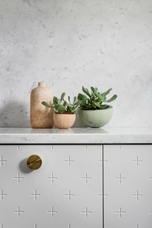 NYE HÅNDTAK: Bytt ut håndtakene på kjøkkenskapene, og ha gjerne ulik størrelse på over- og underskap.