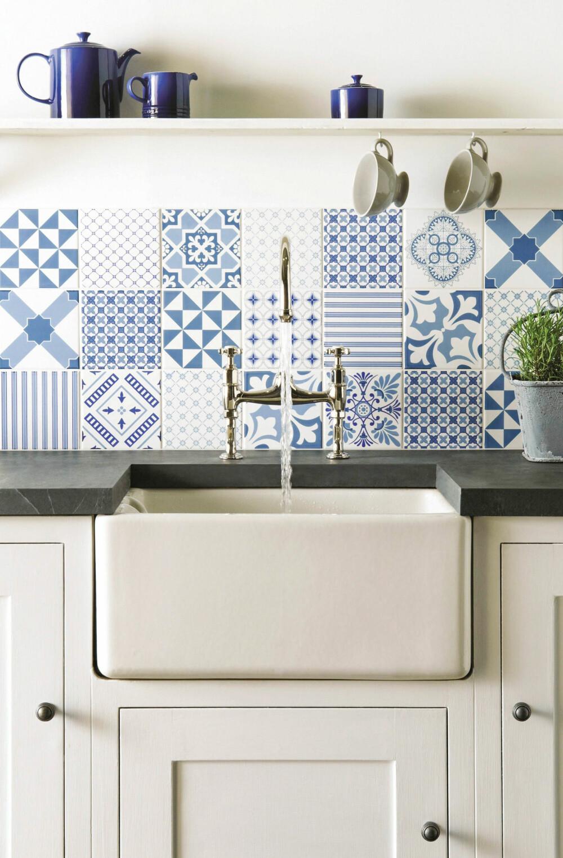 LANDLIG: Lek deg med fliser på veggen. Hva med å satse på dekorativ mønstermiks i sprutsonen. Det landlige, hvite kjøkkenet har fliser originalstyle.com.