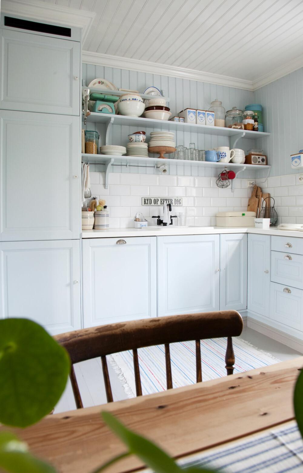 BYTTET OVERSKAP MED HYLLER: Rundt oppvaskbenken er det nå lyst og åpent, uten overskap, og nyvaskede kopper og kar kan enkelt settes opp på de åpne hyllene.