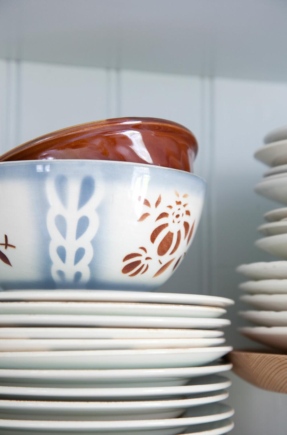 NOSTALGISK PORSELEN: Porselen fra kjente produsenter som Figgjo, Egersund og Stavanger Flint, med vakre mønster i pastellfarger, passer så godt inn i dette kjøkkenet.