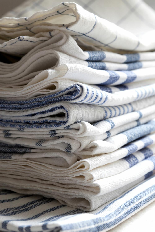 HÅNDKLÆRKJÆRLIGHET: Liv har en forkjærlighet for kjøkkenhåndklær i hvitt og blått, med bolsterstriper, i ren lin eller bomull. De brukes til oppvask, håndtørk og til å dekke over gjærbakst.