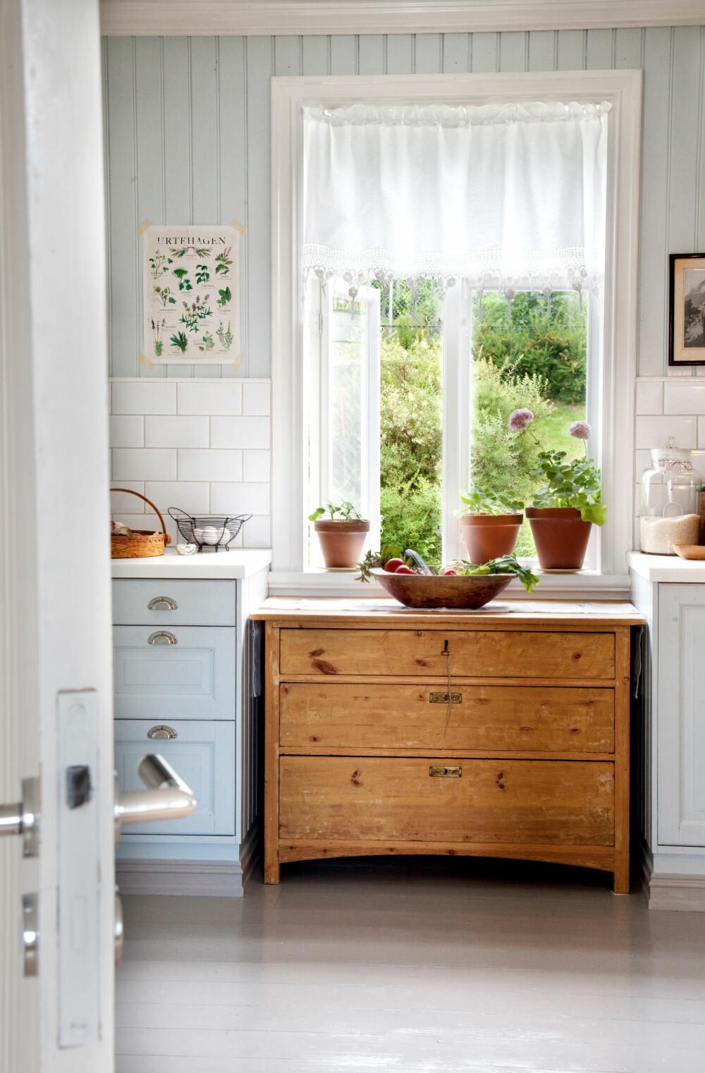 ROMVIRKNING: Fra et nokså mørkt og moderne kjøkken ble det skapt en lys og nostalgisk oase. Både vegger og innredning er malt i samme farge. Dette fikk rommet til å virke større, fordi vegger og skap fløt mer i hverandre.