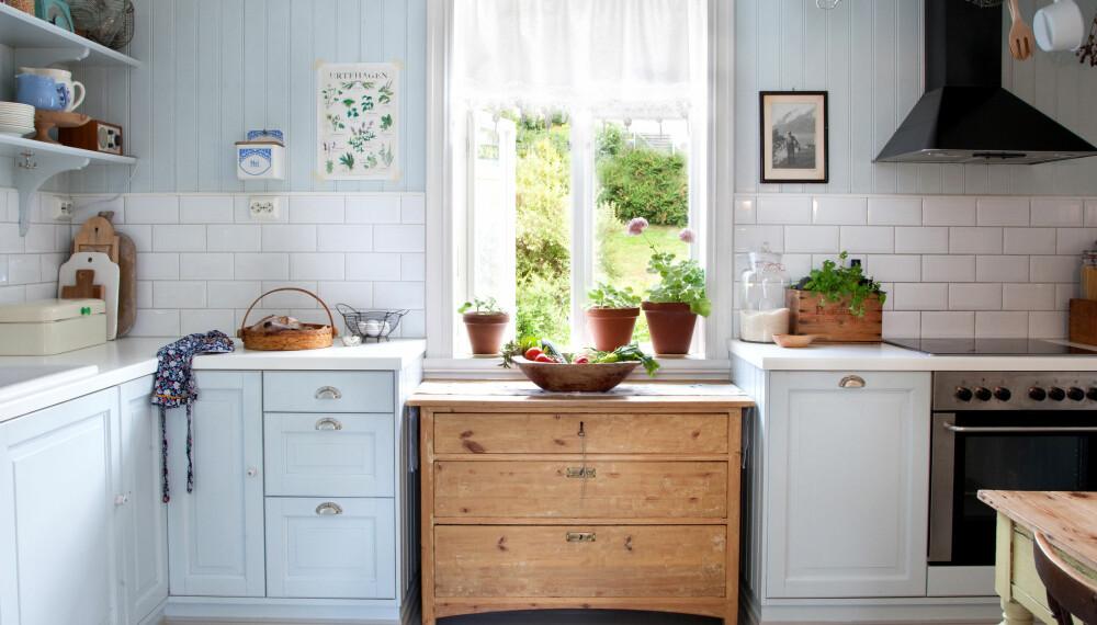LYS NOSTALGI: Man tilbringer mye tid på et kjøkken, og da er trivselen ekstra viktig. De lyse og rene fargene passer også godt til detaljer i trehvitt.