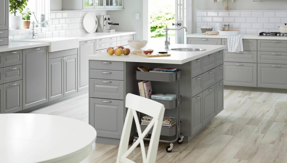 KJØKKENØY: Selv om kjøkkenøy-løsning fungerer best i store, åpne kjøkken, kan du få det til i mindre kjøkken om du legger godviljen til.