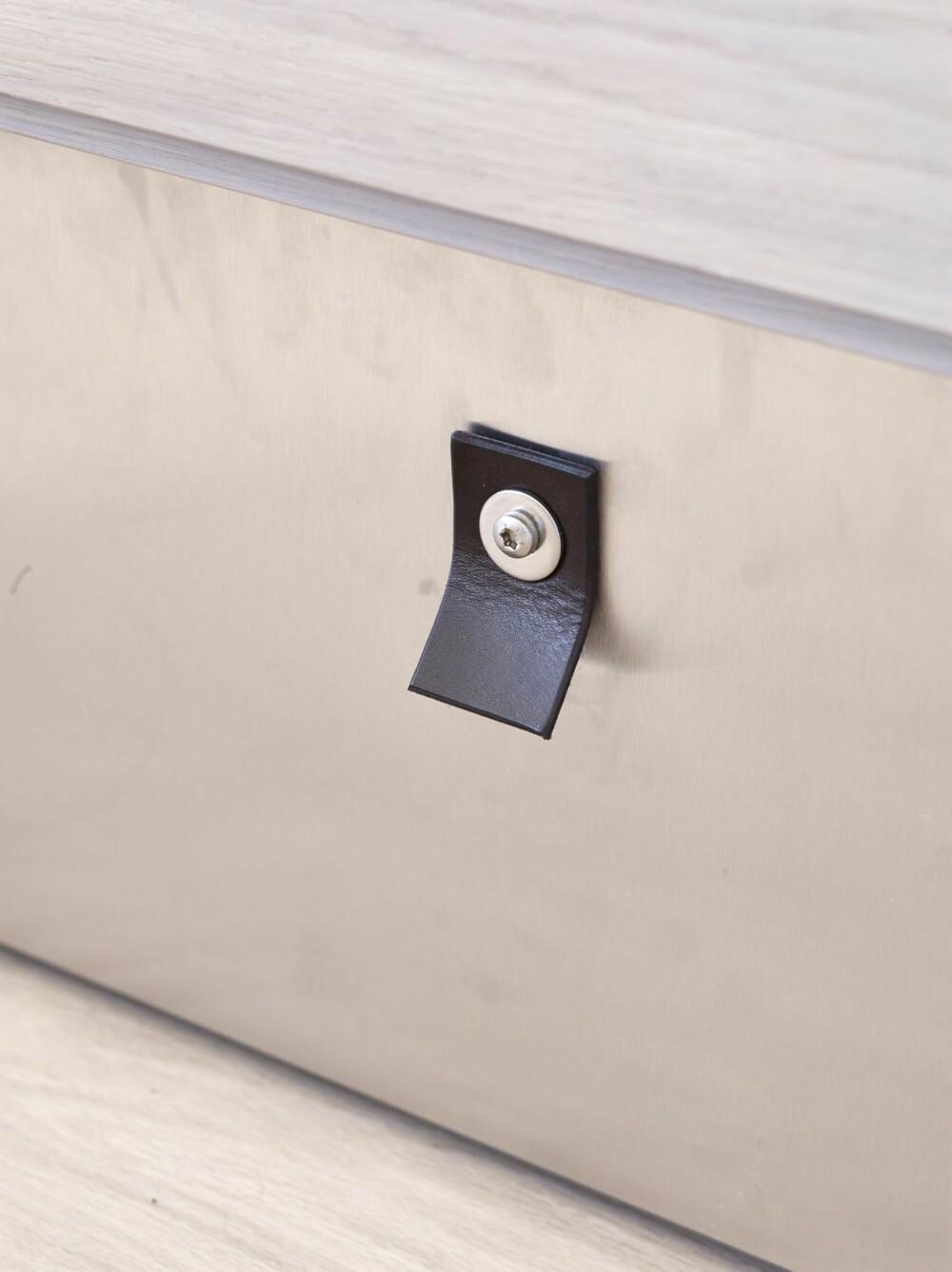DETALJERT: Håndtakene på de nederste skuffene er inspirert av detaljer på gamle kasser, som Anita samler på.